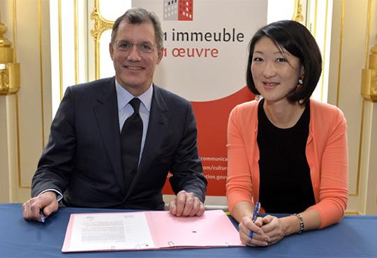 """Laurent Dumas, Président d'Emerige, et Fleur Pellerin, Ministre de la Culture, lors de la signature de la charte """"1 immeuble, 1 œuvre"""""""